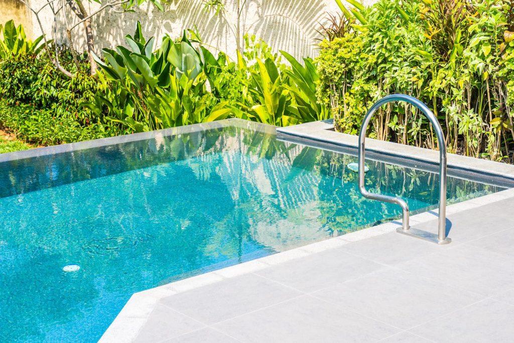 ¿Vaciar y llenar la piscina o mantener el agua todo el año?